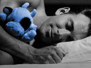 Homme qui dort comme un bébé après une séance avec Martine Breszynski